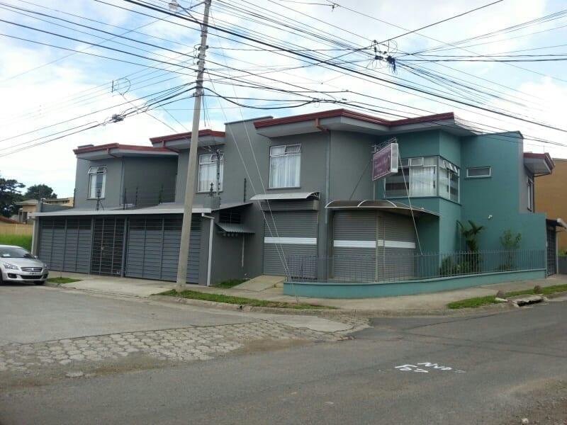 Propiedad con 3 apartamentos y local comercial -Santo Domingo, Quizarco